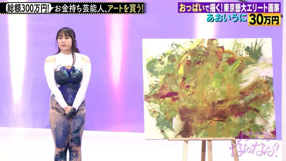 Mulher usa peitos para pintar quadro na TV